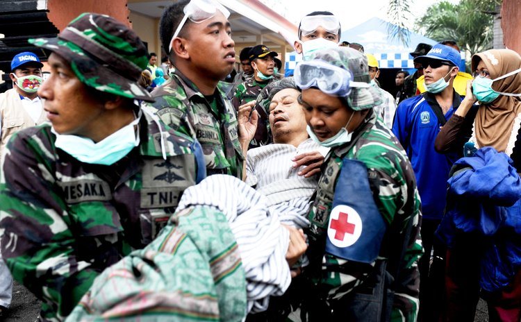 EAST JAVA, Feb. 15, 2014 (Xinhua) -- Medical staff transfer a patient to a hospital in East Java province, Indonesia, on Feb. 15, 2014.