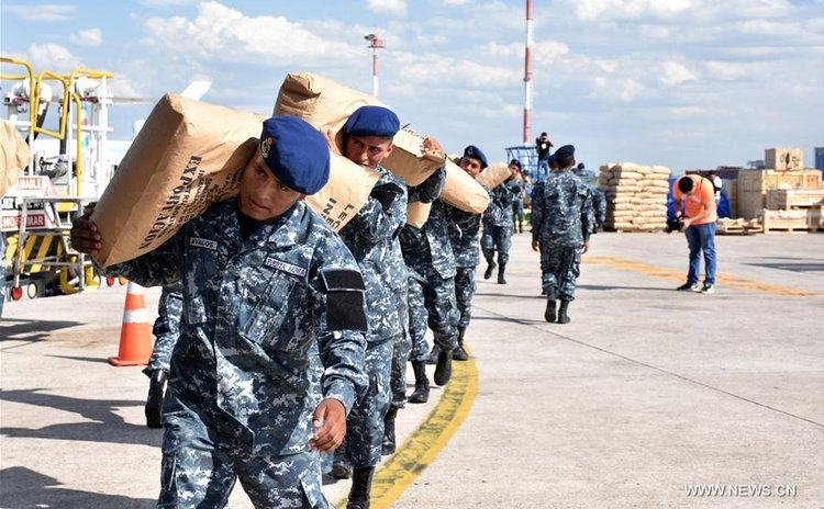 Bolivian military personnel prepare relief goods destined for hurricane-ravaged Haiti at an airport in Santa Cruz, Bolivia, on Oct. 8, 2016. (Xinhua/R. Martinez Candia/ABI)