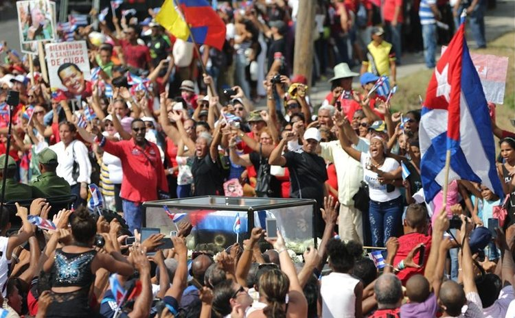 People greet the caravan carrying the ashes of Cuban revolutionary leader Fidel Castro upon its arrival in Santiago de Cuba, southeastern Cuba, on Dec. 3, 2016