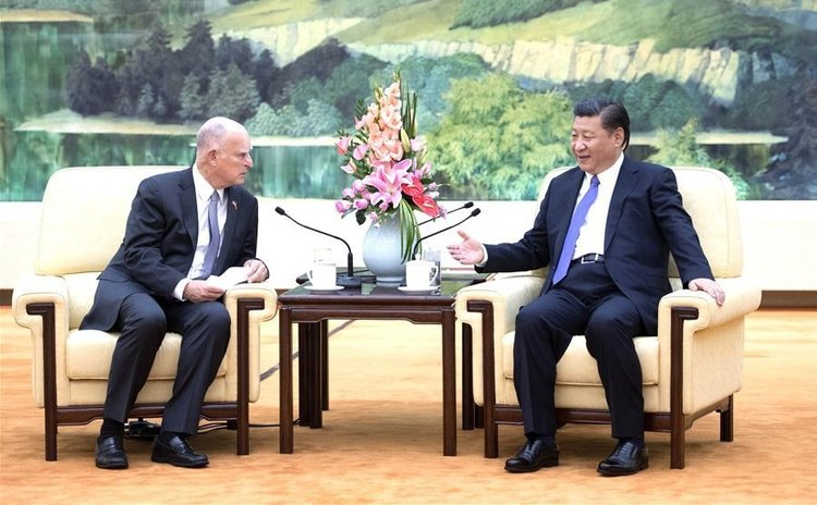 Chinese President Xi Jinping (R) meets with visiting California Governor Jerry Brown of United States at the Great Hall of the People in Beijing, capital of China, June 6, 2017. (Xinhua/Li Xueren)