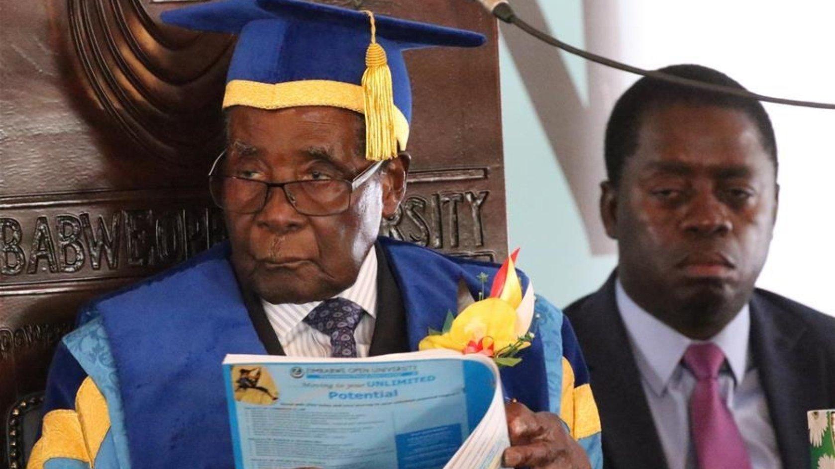 Zimbabwe's President Robert Mugabe officiates at a graduation ceremony of Zimbabwe Open University in Harare, capital of Zimbabwe on Nov. 17, 2017. (Xinhua)