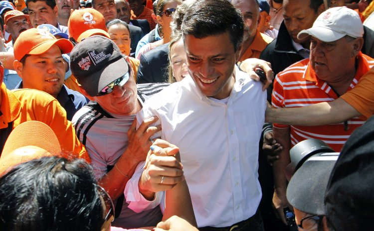 CARACAS, Feb. 28, 2013 (Xinhua)  -- Opposition political leader Leopoldo Lopez (C) arrives at the headquarters of the Public Prosecutor, while his supporters demonstrate in his favor, in Caracas, Vene