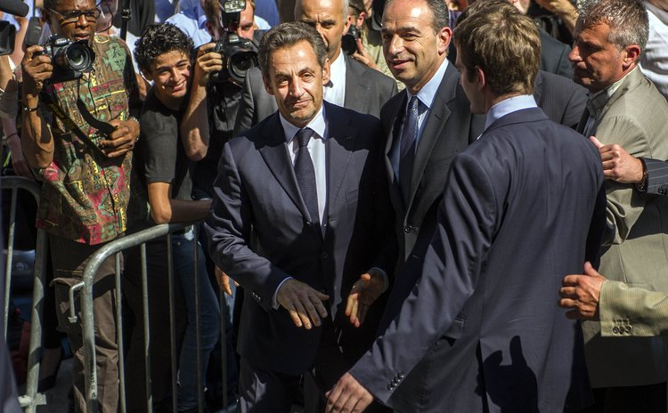 PARIS, July 9, 2013 (Xinhua) -- Former French President Nicolas Sarkozy arrives at the entrance of the UMP headquarters in Paris, France, July 8, 2013.
