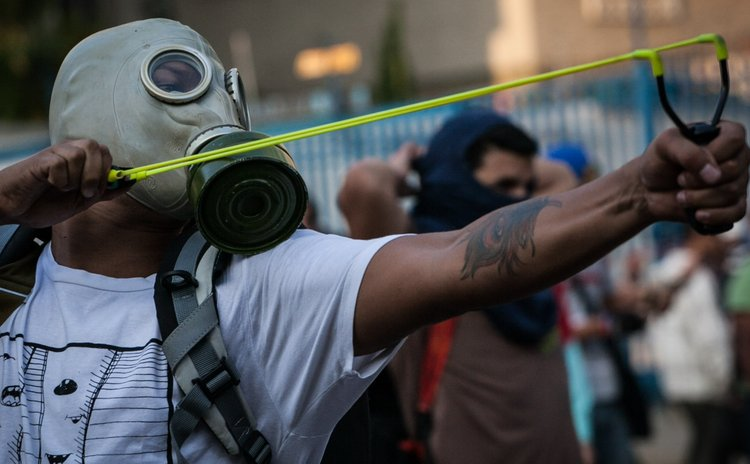 CARACAS, Feb. 20, 2014 (Xinhua) -- A student participates in a protest in Altamira, in the municipality of Chacao, Caracas, Venezuela, on Feb. 19, 2014. (Xinhua/Boris Vergara)