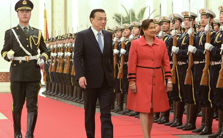 BEIJING, Feb. 25, 2014 (Xinhua) -- Chinese Premier Li Keqiang (C) holds a welcoming ceremony for Prime Minister of Trinidad and Tobago Kamla Persad-Bissessar in Beijing, capital of China, 25/02/14