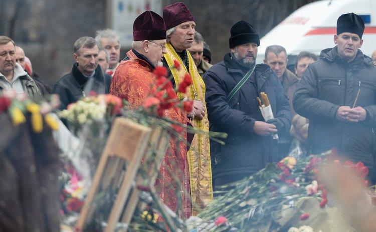 KIEV, Feb. 28, 2014 (Xinhua) -- People mourn victims of clashes in Kiev, capital of Ukraine, on Feb. 28, 2014. (Xinhua/Jia Yuchen)(bxq)