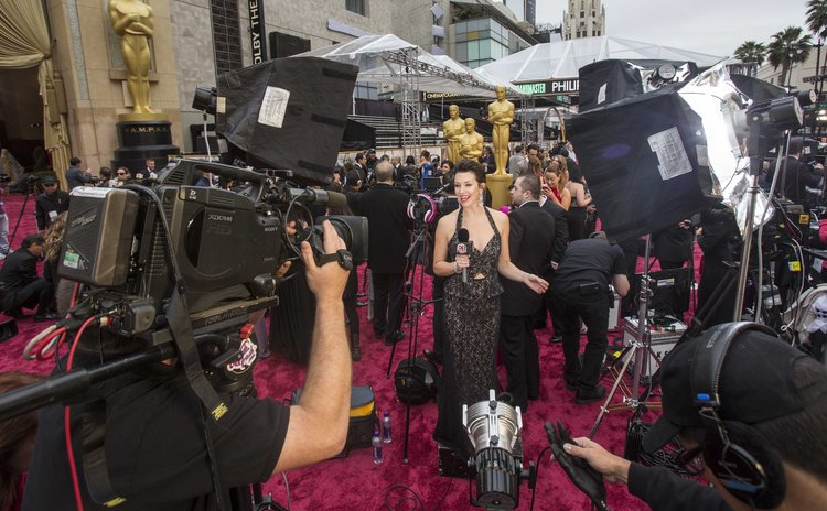Los Angeles, March 2, 2014 (xinhua) -- Journalists take positions in the red carpet arrival area outside the Dolby Theatre Dolby Theater before the 86th Academy Awards in Los Angeles, March 2, 2014