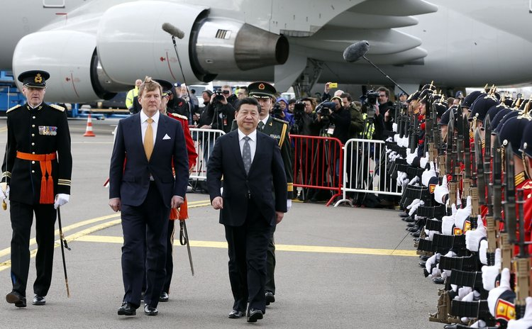 AMSTERDAM, March 22, 2014 (Xinhua) -- Chinese President Xi Jinping(R) reviews an honour guard accompanied by Dutch King Willem-Alexander (C) in Amsterdam, the Netherlands, March 22, 2014.