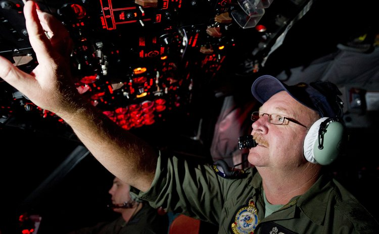 CANBERRA, March 24, 2014 (Xinhua) -- Royal Australian Air Force  Officer Neil Scott-Jackson on board an AP-3C Orion after searching the southern Indian Ocean for Malaysia Airlines flight MH370.