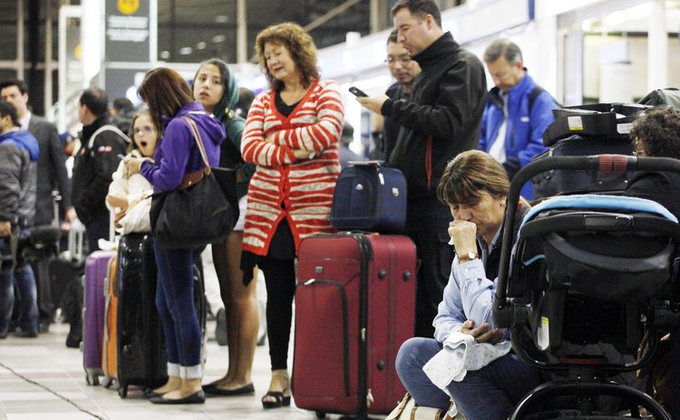 SANTIAGO, April 2, 2014 (Xinhua) -- People wait at the Arturo Merino Benitez Airport as flights are cancelled following an earthquake in Santiago, capital of Chile, on April 2, 2014.