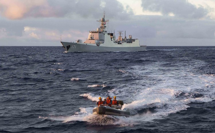 CANBERRA, April 11, 2014 (Xinhua) -- Picture shows Chinese Navy soldiers driving a boat to the Royal Australian Navy ship during search for Malaysia Airlines Flight MH370.