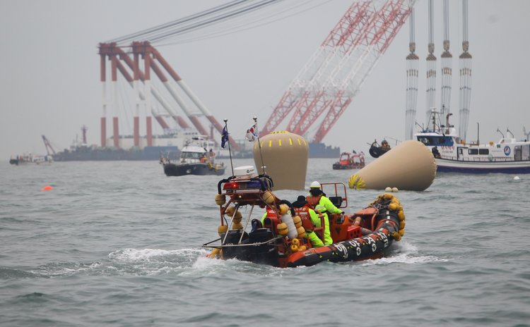 JINDO, April 18, 2014 (Xinhua) -- Air bags can be seen near the capsized ferry in Jindo on April 18, 2014.