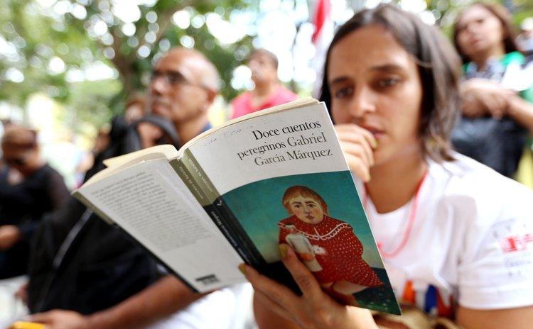 "CARACAS, April 24, 2014 (Xinhua) -- A woman reads the book ""Strange Pilgrims: Twelve Stories"" by late Colombian writer Gabriel Garcia Marquez, in Caracas, Venezuela, on April 23, 2014."