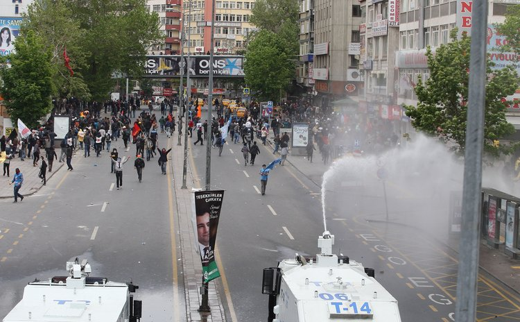 ANKARA, May 2, 2014 (Xinhua) – Demonstrators and police clash when the police try to disperse the protesting crowd by water cannon and gas, Ankara, Turkey, May 1, 2014