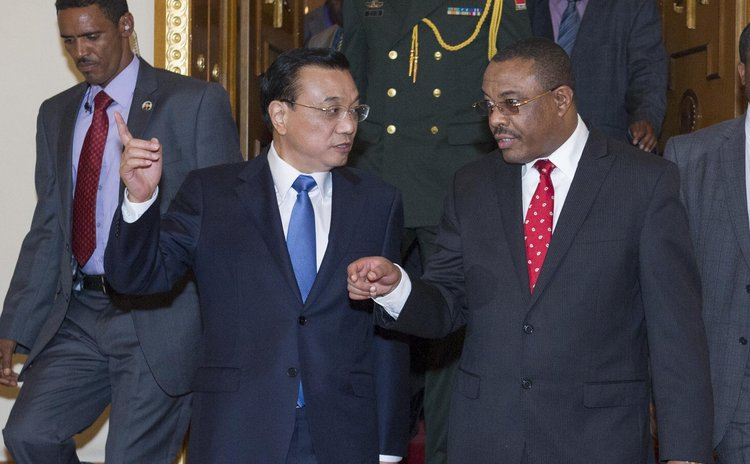 ADDIS ABABA, May 4, 2014 (Xinhua) -- Chinese Premier Li Keqiang (L) talks with Ethiopian Prime Minister Hailemariam Desalegn in Addis Ababa, Ethiopia, May 4, 2014.