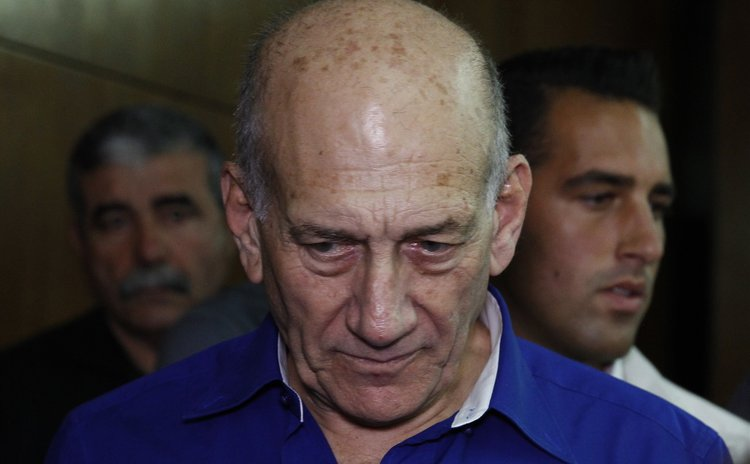 JERUSALEM, May 13, 2014 (Xinhua) -- Former Israeli Prime Minister Ehud Olmert (L) arrives for sentence at the Tel Aviv District Court, Israel, on May 13, 2014.
