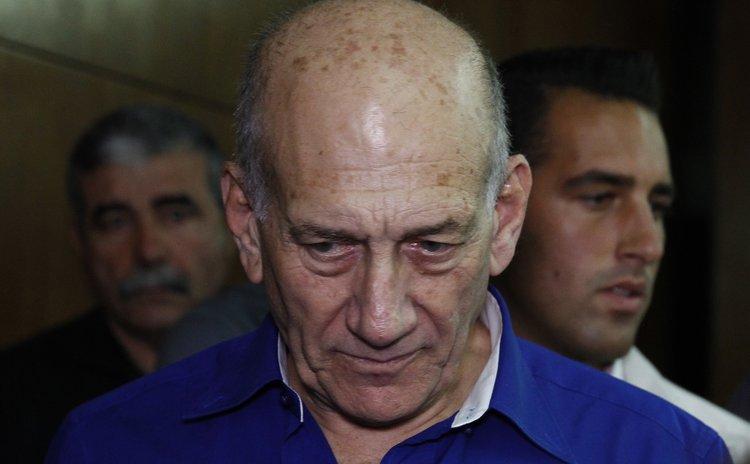 JERUSALEM, May 13, 2014 (Xinhua) -- Former Israeli Prime Minister Ehud Olmert (L) arrives for sentence at the Tel Aviv District Court, Israel, on May 13, 2014.