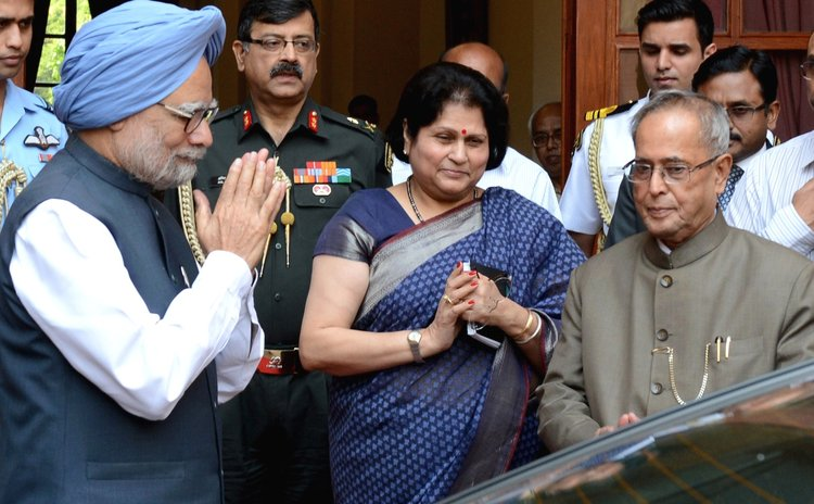 NEW DELHI, May 17, 2014 (Xinhua) -- Indian Prime Minister Manmohan Singh (L, front) gestures to Indian President Pranab Mukherjee (R, front) after submitting his resignation,New Delhi, India, May 17,