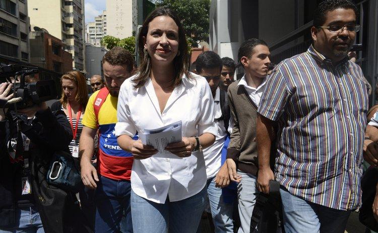 CARACAS, May 30, 2014 (Xinhua) --Venezuelan opposition leader Maria Corina Machado (C) arrives at the General Prosecutor's office in Caracas May 29, 2014.