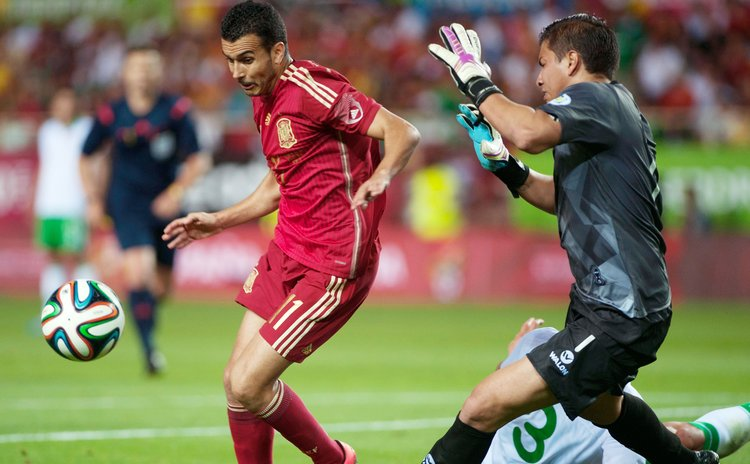 SEVILLA, May 31, 2014 (Xinhua) -- Spain's Pedro (L) vies during the international friendly football match against Bolivia in Sevilla on May 30, 2014. Spain won 2-0. (Xinhua/Xie Haining)