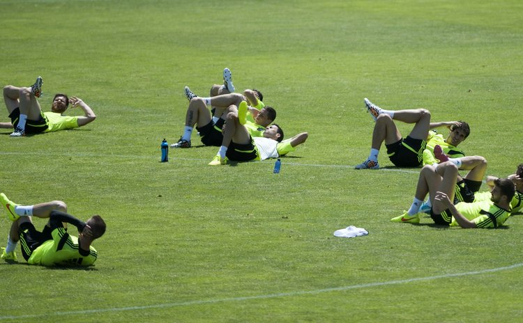 LAS ROZAS, Jun. 2, 2014 (Xinhua) -- Spanish national soccer players attend a training session for World Cup 2014 at Las Rozas playground near Madrid, Spain, June 2, 2014.