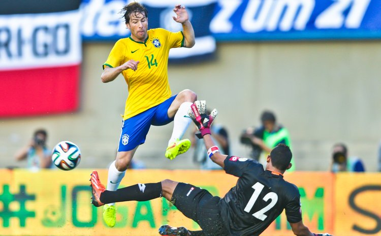 GOIANIA, June 4, 2014 (Xinhua) -- Brazil's Maxwell (top) vies for the ball during a friendly match ahead of FIFA 2014 World Cup against Panama, in Brazil, on June 3, 2014.