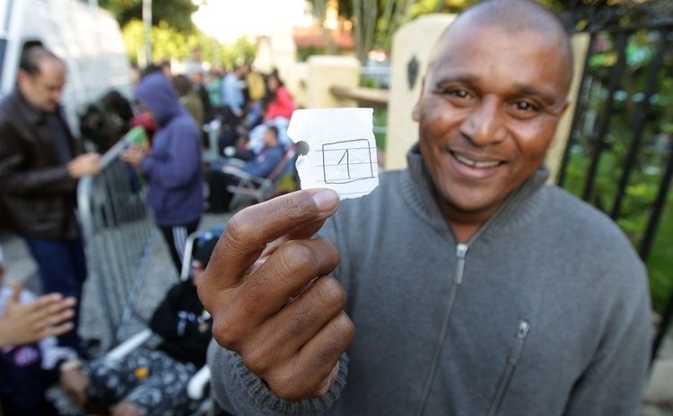 RIO DE JANEIRO, June 5, 2014 (Xinhua) -- A fan shows number one that places him as the first of the row to purchase one of the 180,000 tickets available for the FIFA World Cup games