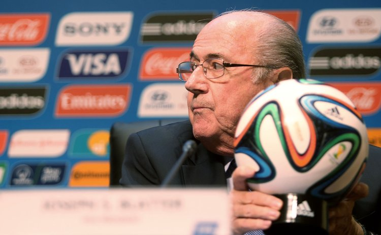 SAO PAULO, Jun. 6, 2014 (Xinhua) -- FIFA's president Joseph Blatter holds the FIFA World Cup official soccer ball during a press conference for the World Cup 2014 in Sao Paulo, Brazil, on June 5, 2014