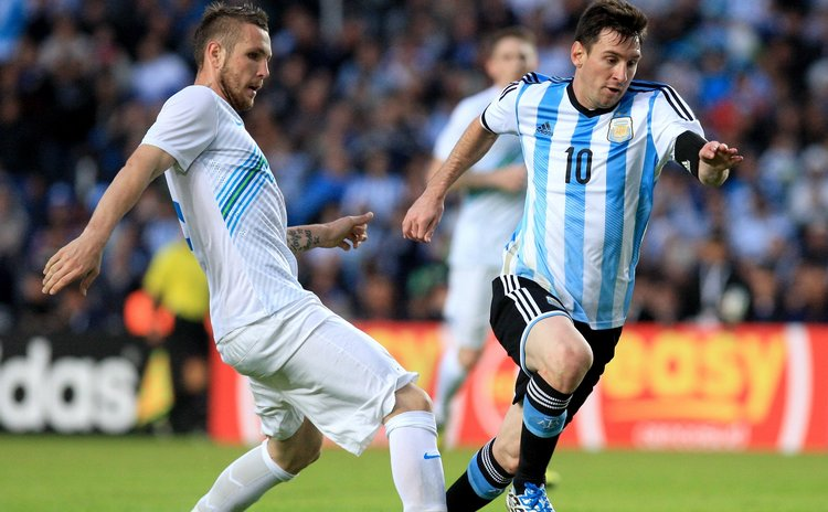 LA PLATA, June 8, 2014 (Xinhua) -- Argentina's Lionel Messi (R) vies for the ball with Branko Ilic of Slovenia during the friendly match at Ciudad de La Plata Stadium, Argentina, on June 7, 2014