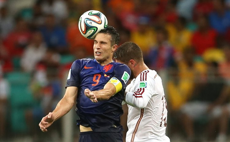 SALVADOR, June 13, 2014 (Xinhua) -- Netherlands' Robin van Persie (L) competes for a headball with Spain's Sergio Ramos