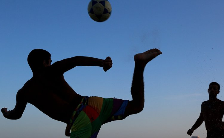 BELO HORIZONTE, June 19, 2014 (Xinhua) -- Local residents play football on a beach in Belo Horizonte, Brazil, June 19, 2014.(Xinhua/Yang Lei)(pcy)