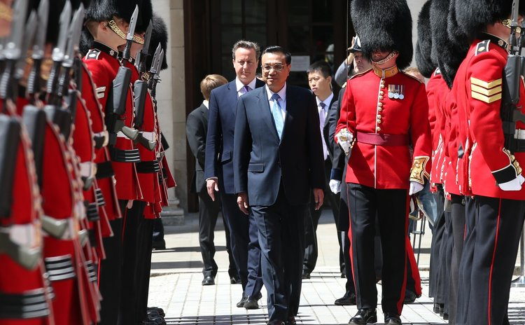 LONDON, June 17, 2014 (Xinhua) -- Chinese Premier Li Keqiang (C) attends a welcoming ceremony hosted by British Prime Minister David Cameron in London, Britain, June 17, 2014.