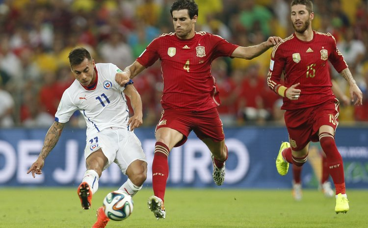 RIO DE JANEIRO, June 18, 2014 (Xinhua) -- Chile's Eduardo Vargas (L) competes with Spain's Javi Martinez (C) during a Group B match between Spain and Chile of 2014 FIFA World