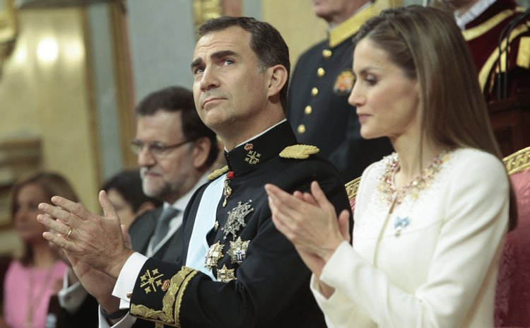 MADRID, June 19, 2014 (Xinhua) -- Spain's new King Felipe VI (2nd R) and Queen Letizia (1st R) attend the swearing-in ceremony at the Congress of Deputies in Madrid, Spain, June 19, 2014.
