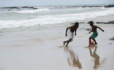 BELO HORIZONTE, June 19, 2014 (Xinhua) -- Local residents play football on a beach in Belo Horizonte, Brazil, June 19, 2014.(Xinhua/Yang Lei)(pcy)
