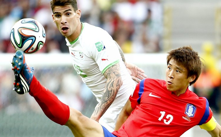 PORTO ALEGRE, June 22, 2014 (Xinhua) -- Korea Republic's Park Chu Young  and Algeria's Carl Medjani during a Group H match between Korea Republic and Algeria of 2014 FIFA World Cup