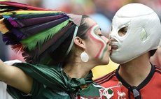 RECIFE, June 23, 2014 (Xinhua) -- Mexico's fans kiss before a Group A match between Croatia and Mexico, Brazil, June 23, 2014.