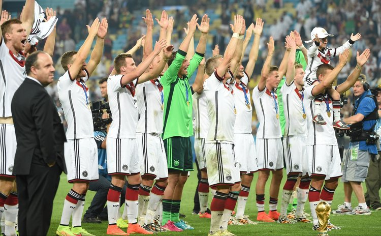 RIO DE JANEIRO, July 13, 2014 (Xinhua) -- Germany's players celebrate the victory after the final match between Germany and Argentina of 2014 FIFA World Cup