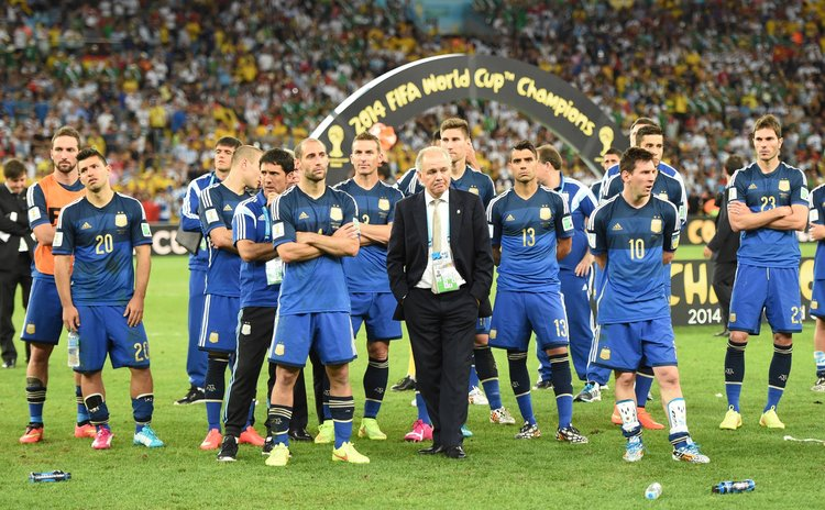 RIO DE JANEIRO, July 13, 2014 (Xinhua) -- Argentina's coach Alejandro Sabella (C, front) and players after the final match between Germany and Argentina of 2014 FIFA World Cup