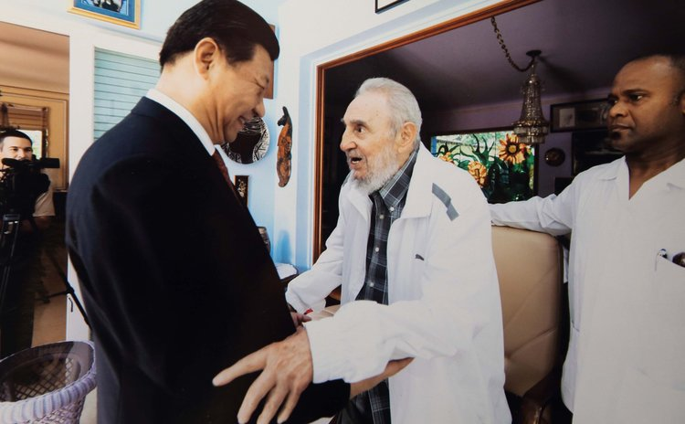 HAVANA, July 22, 2014 (Xinhua) -- Chinese President Xi Jinping (L) visits Cuban revolution leader Fidel Castro in Havana, capital of Cuba, July 22, 2014. (Xinhua) (ry)