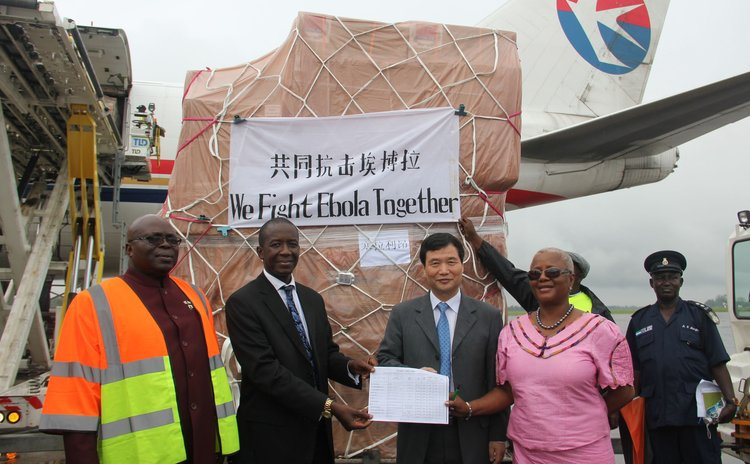 FREETOWN, Aug. 11, 2014 (Xinhua) -- Chinese Ambassador to Sierra Leone Zhao Yanbo (2nd R, front), attend a transferring ceremony at the airport in Freetown, capital of Sierra Leone, Aug. 11, 2014.