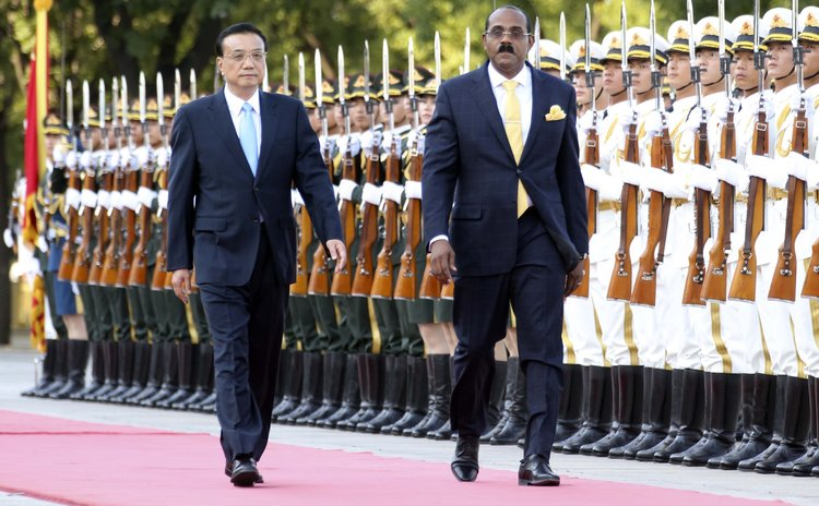 BEIJING, Aug. 26, 2014 (Xinhua) -- Chinese Premier Li Keqiang (L) holds a welcome ceremony for Antigua and Barbuda Prime Minister Gaston Browne in Beijing, China, Aug. 26, 2014