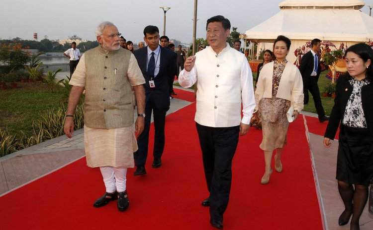 Chinese President Xi Jinping (C) and Indian Prime Minister Narendra Modi (1st L) visit a riverside park development project in Gujarat, India, Sept. 17, 2014.