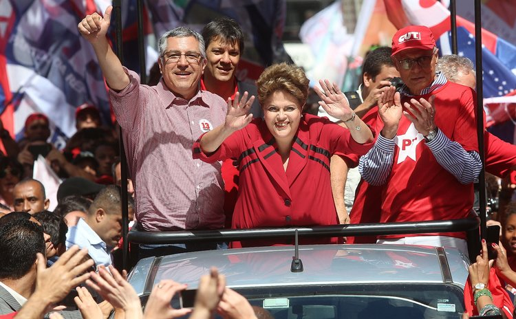 SAO PAULO, Oct. 3, 2014 (Xinhua) -- Brazil's President and reelection candidate of Workers' Party (PT) Dilma Rousseff(C) takes part in a campaign rally in Sao Paulo, Brazil, on Oct. 3, 2014.