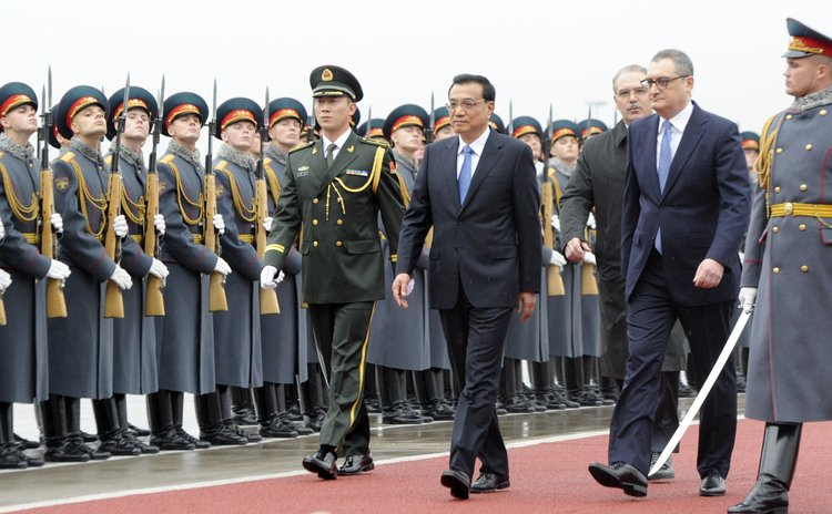 MOSCOW, Oct. 12, 2014 (Xinhua) -- Chinese Premier Li Keqiang (4th R) attends a welcoming ceremony upon his arrival at an airport in Moscow, Russia, Oct. 12, 2014.