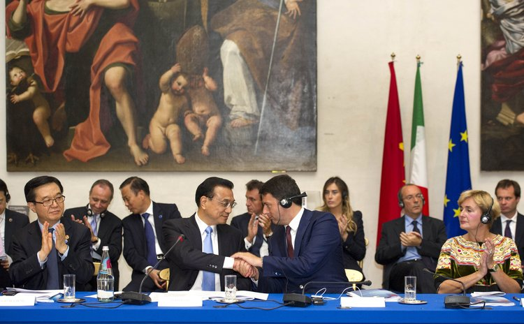 ROME, Oct. 14, 2014 (Xinhua) -- Chinese Premier Li Keqiang and Italian Prime Minister Matteo Renzi and members of China-Italy entrepreneur committee and representatives in Rome,  Italy, Oct. 14, 2014.