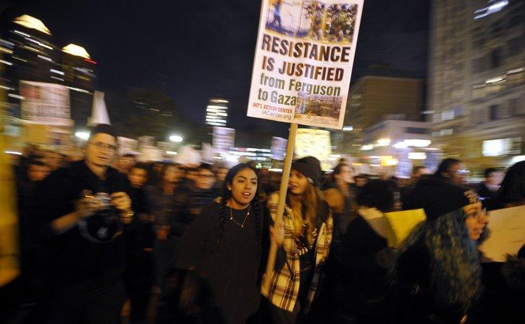 NEW YORK, Nov. 26, 2014 (Xinhua) -- People gather for a Ferguson protest in New York Nov. 25, 2014.