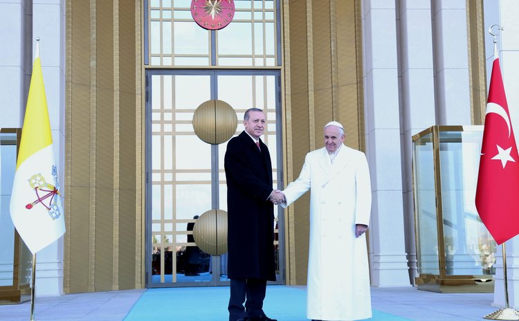 ANKARA, Nov. 28, 2014 (Xinhua) -- Turkish President Recep Tayyip Erdogan (L) shakes hands with Pope Francis before entering the Turkish presidential palace on Nov. 28, 2014, in Ankara, Turkey.
