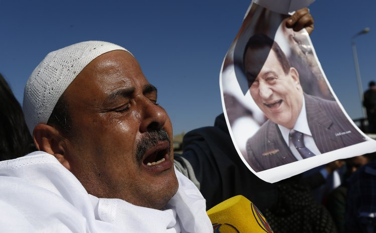CAIRO, Nov. 29, 2014 (Xinhua) -- A supporter of former Egyptian president Hosni Mubarak celebrates verdict of his trial outside a police academy in Cairo, Egypt, Nov. 29, 2014.