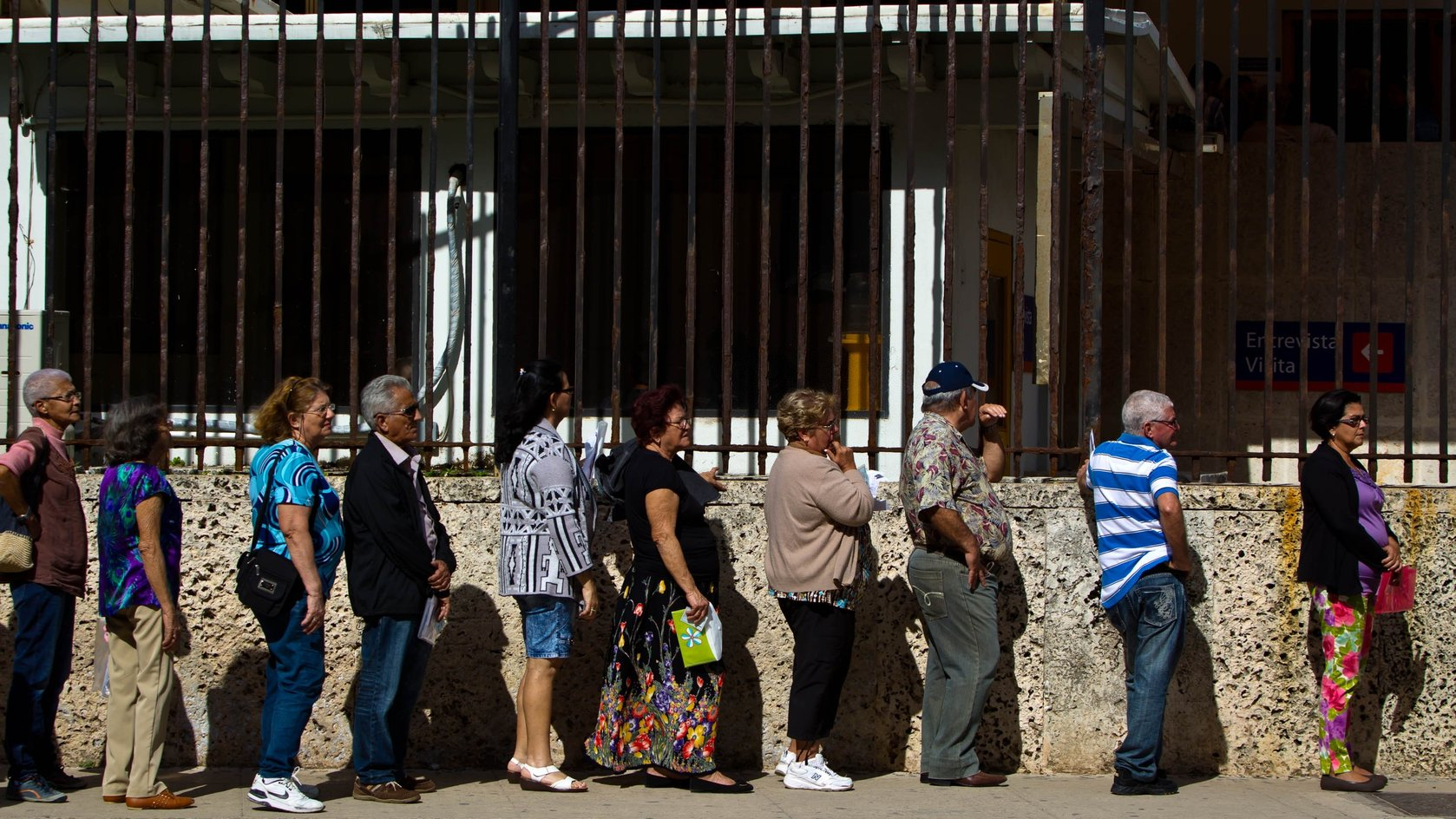 HAVANA, Dec. 17, 2014 (Xinhua) -- Cubans stand in queue to de